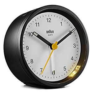 Braun Klassischer analoger Wecker mit Schlummerfunktion und Licht, ruhiges Quarzuhrwerk, Crescendo-Alarm in Schwarz und Weiß, Modell BC12BW