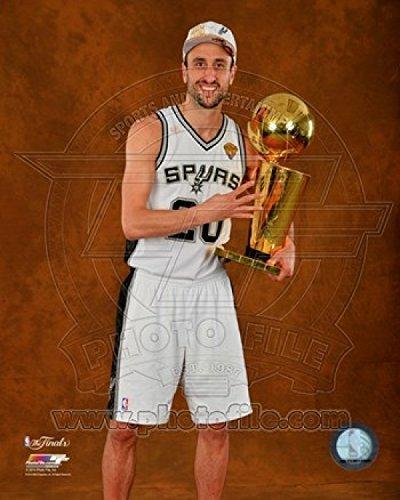 Manu Ginobili with The NBA Championship Trophy Game 5 of The 2014 NBA Finals Photo Print (40,64 x 50,80 cm) Manu Ginobili Nba