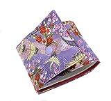 Porte-chéquier long pour femme en tissu japonais mauve à motifs de grues. Doublure intérieure en tissu en coton rose vif. Une poche intérieure (tissu japonais motifs grues) ainsi qu'un ruban de maintien permettent de maintenir le chéquier bien en pla...