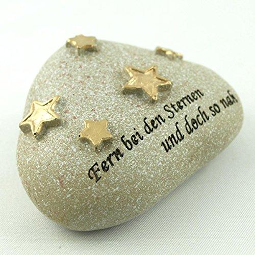 Kleiner Deko Stein mit Sternen und Inschrift Fern bei den Sternen und doch so nah. Breite 6,5cm