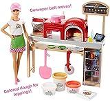 Barbie La Pizzeria con Bambola, Tavolo per Le Pizze, 3 Vasetti di Pasta da Modellare e Accessori, FHR09 by Mattel Italy s.r.l.