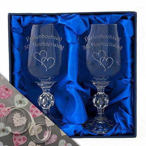 Perlenhochzei, Ein Paar Kristall-Weinkelche in einer Satin-bezogenen Präsentationsbox. Eingraviert...