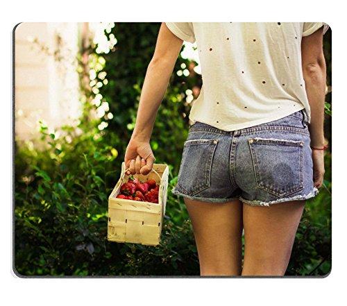 luxlady Gaming Mousepad-ID: 40982844Mädchen mit Ein Korb mit Erdbeeren