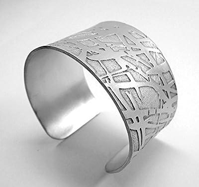 Bracelet manchette (Cuff), aluminium chimiquement gravées et forgés à la main, avec finition mate et texte personnalisé