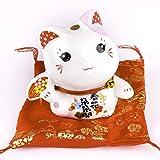 Goodwei Maneki Neko Figur - Kleine Japanische Glückskatze mit Kissen - Winkekatze aus Porzellan - Feng Shui Glücksbringer und Spardose (Rosa)