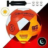 NIGHTMATCH Pallone da Calcio Che Si Illumina incl. Una Pompa per gonfiare Il Pallone - I LED Interni Si Accendono Quando Viene calciato - Brilla nel Buio - Dimensione 5 - Dimensioni & Peso Ufficiali