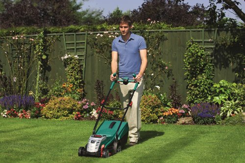 The Bosch Rotak 32 LI Ergoflex Cordless Lawnmower comes with a 36 V/2.6 A Lithium-ion battery and has a 32cm steel cutting blade. The Rotak 32 LI Ergoflex also comes with grass combs, making it capable to cut up to or over the edge of your lawn.