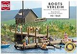 Kompletter Bausatz für einen typischen Bootsverleih mit viel Zubehör: Kassenhaus und großer Bootssteg mit Anlegestelle aus echtem Holz, Ruder- und Motorboote (mit Außenborder), Schlauchboote und Luftmatratzen. Der Bootssteg kann in verschiedenen Vari...