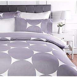 AmazonBasics - Juego de ropa de cama con funda de edredón, de microfibra, 260 x 220 cm, Morado lunares (Purple Mod Dot)