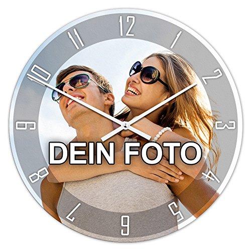 PhotoFancy® - Uhr mit Foto bedrucken - Runde Fotouhr aus Kunststoff - Wanduhr mit eigenem Motiv selbst gestalten (35 cm rund, Design: Klassisch schwarz / Zeiger: weiß)