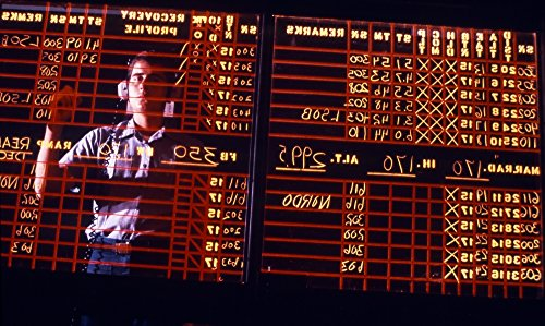 Michael Wood/Stocktrek Images - A Student Learns to Write Backwards on The air Traffic Control Room Status Board. Photo Print (91,44 x 54,86 cm) - Papier-control-board
