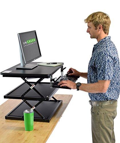 Uncaged ergonomie Changedesk2–Nouveau Design–Hauteur ergonomique pour ordinateur portable et ordinateur de bureau debout Desk Conversion + clavier à hauteur réglable. Facile à s'asseoir au Stand Up Table d'ordinateur Riser (Noir)
