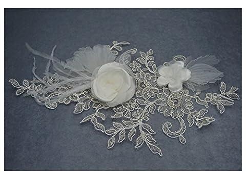 Broche fleur dentelle: taffetas, organza et plume. Couleur ivoire, beige et argent.
