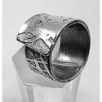Anello in alluminio aperto, artisticamente inciso, con testo personalizzato.