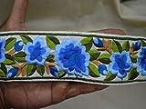 Dekoratives Band zum Basteln auf elfenbeinfarbenem