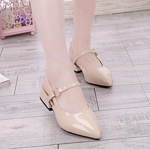 Frau zeigte flache Sandalen Baotou Sandalen mit dicker Gürtelschnalle Lackleder hohle Art und Frauenschuh meters white