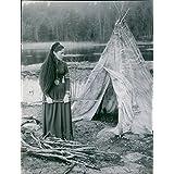 """Vintage Foto de una escena en la película """"Singoalla, Viveca Lindfors púas de madera fuera de una tienda de campaña, 1949."""