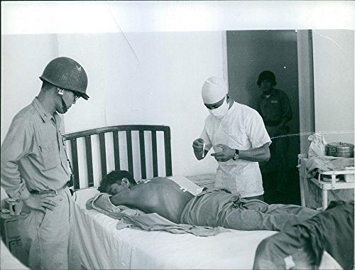 vintage-photo-of-quemoyformosapicture-mostrano-un-soldato-ferito-cinese-trattamento-durante-la-crisi
