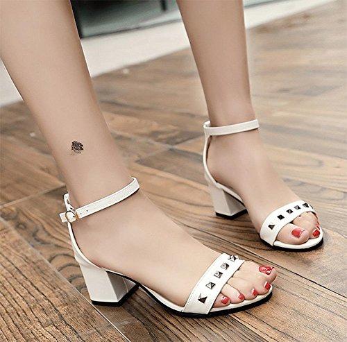 Sommer Nieten einen Wortart Bügel Schuhe mit dicken hochhackigen offenen Sandalen White