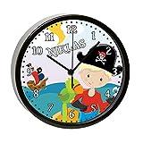 CreaDesign Kinder Wanduhr mit (Wunsch) Namen | Kinderzimmer Uhr| mit Analog - Ziffernblatt | Rahmen schwarz geräuscharm | Wanduhr ideal als Geschenk für EIN Kind | Motiv Pirat nah