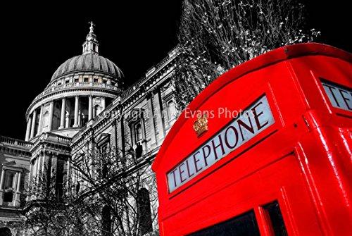 Ein 30,5x 45,7cm Foto von St Pauls Kathedrale und eine rote Telefonzelle London, England United Kingdom Landschaft Foto Farbe getöntes Weiß Schwarz und Fine Art Bild Print. Fotografie von Andy Evans Fotos