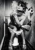 Wallario Wand-Bild 70 x 100 cm | Motiv: Kloparty - Sexy Frau auf Toilette mit Zigarette und Schnaps | Direktdruck auf 5mm starke Hartschaumplatte | leichtes Material | günstig