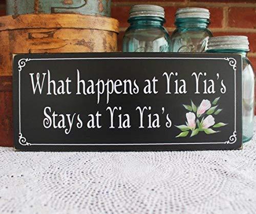 qidushop Holzschild mit Aufschrift What Happens at YIA Yia's Griechische Großmutter, bemalt für Ihre Muttertag, antikes Kabinenschild -