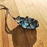 Colgante de piedra de cristal de cuarzo natural con tratamiento de fluorita en color azul y verde, con cuerda trenzada a mano en color al azar