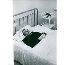 Vintage una foto de negro para hombre es en una cama de hospital.
