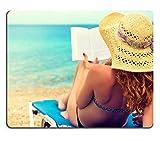 luxlady Gaming tapis de souris d'image: 30527991cheveux bouclés femelle Lisant un livre sur la plage