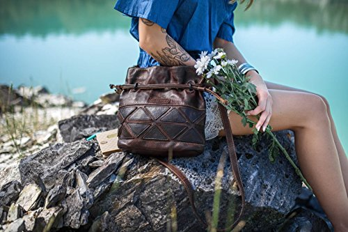 manbefair FAIR TRADE Kleine Beuteltasche Bari aus Vintage Leder, Schultertasche Umhängetasche 24x25x8 cm ( BxHxT) Schokobraun