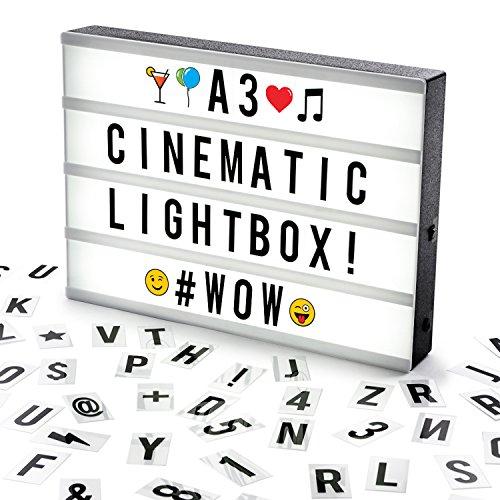 Caja de luz cinematográfica con 100 caracteres, emoticonos y emojis.  Esta caja de luz de tamaño A3 de Cosi Home es perfecta para su uso en cualquier habitación y un regalo ideal para cualquier ocasión especial. Incluye 100 letras extraíbles, símbolo...