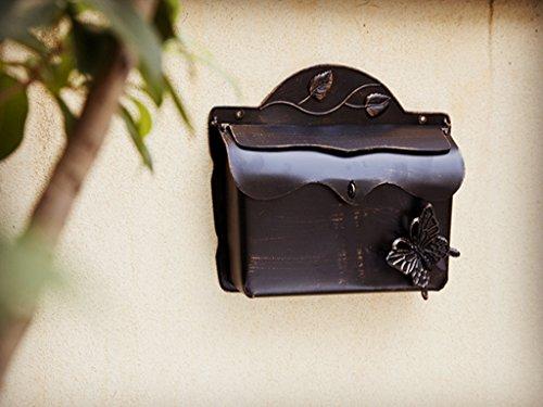 Antiker Briefkasten aus Metall erinnert an Tasche