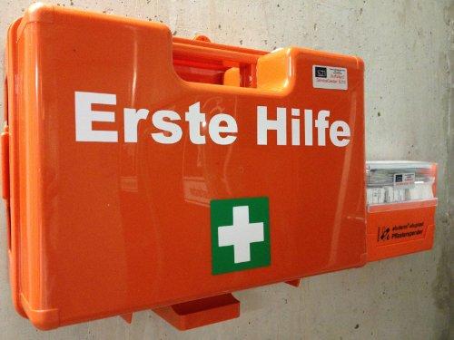 "Erste Hilfe Koffer zur Wandmontage inkl. Befestigungsmaterial und Beatmungshilfe (DIN 13157, ""SAN"" 31x21x13 cm)"