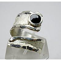 Anello regolabile, aperto, in argento con pietra rotonda e testo personalizzato.