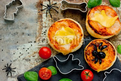 otiv: Halloween snack pizza for kids decorated cheese and olive #122382148 - Bild auf Leinwand - 3:2-60 x 40 cm/40 x 60 cm ()