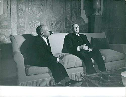 vintage-photo-of-charles-de-gaulle-sitting-on-a-couch-conversing-with-habib-bourguiba-1961