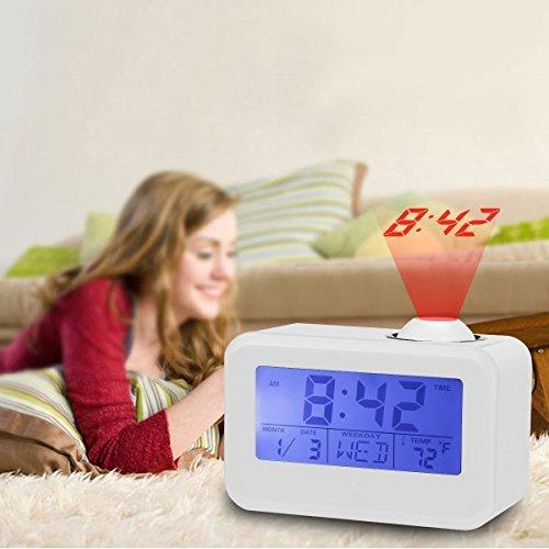 Feifuns Reloj despertador con proyector, luz nocturna suave LED, función de repetición, ajuste automático de la hora, apagado, pantalla digital que muestra la temperatura interior, la hora y la fecha.