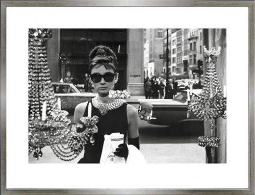 1art1 Audrey Hepburn Poster Kunstdruck und MDF-Rahmen Holzoptik Zinn-Silber - Tiffany Schaufenster (80 x 60cm)