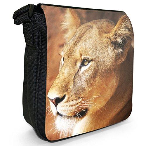 Afrikanischer Löwe Großkatze Kleine Schultertasche aus schwarzem Canvas Nahaufnahme einer Löwin