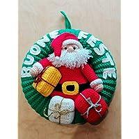 Ghirlanda fuoriporta natalizio con babbo Natale e regali amigurumi realizzata a mano