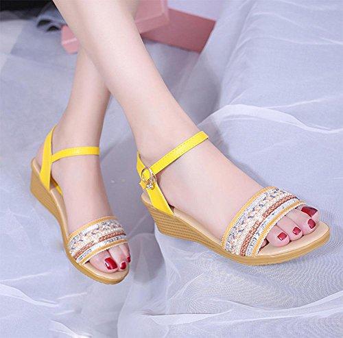 Frau Hang mit offener Spitze Sandalen Pailletten Mode Sandalen Strass Schnalle Gelb