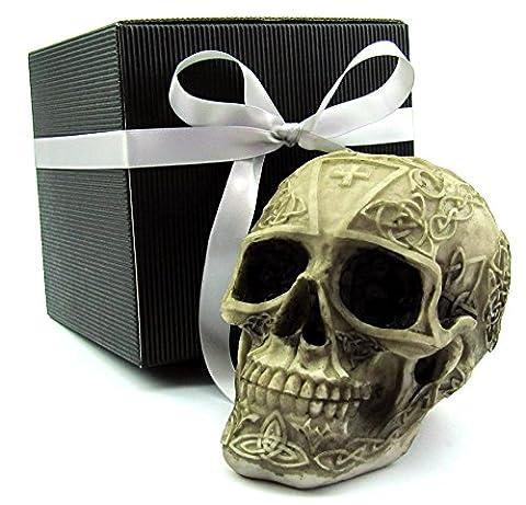 Deko Totenkopf, Toten-Schädel, Skull, mit keltischen Symbolen, als Geschenk-Set, in einer eleganten schwarzen Geschenkverpackung mit Schleifenband, Geschenkidee für Frauen, Männer, Gothic, Mystik, Fantasy, Dekoration, Party-Geschenk, Halloween (beige-braun Gravur 2)