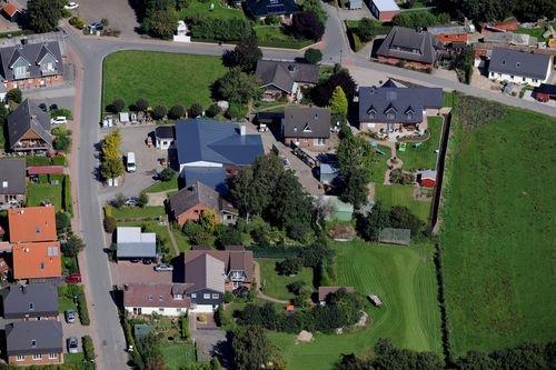 MF Matthias Friedel - Luftbildfotografie Luftbild von Dorfstraße in Neudorf-Bornstein (Rendsburg-Eckernförde), aufgenommen am 03.09.10 um 13:55 Uhr, Bildnummer: 5676-08, Auflösung: 6048x4032px = 24MP - Fotoabzug 50x75cm
