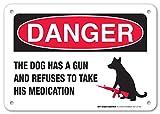 """Peligro el perro tiene una pistola y se niega a tomar su medicación laminado–Señal Cuidado con divertido de perros Signs–7""""x10"""" .040sin óxido aluminio–fabricado en Estados Unidos–con protección UV y resistente a la intemperie–A81–377al"""