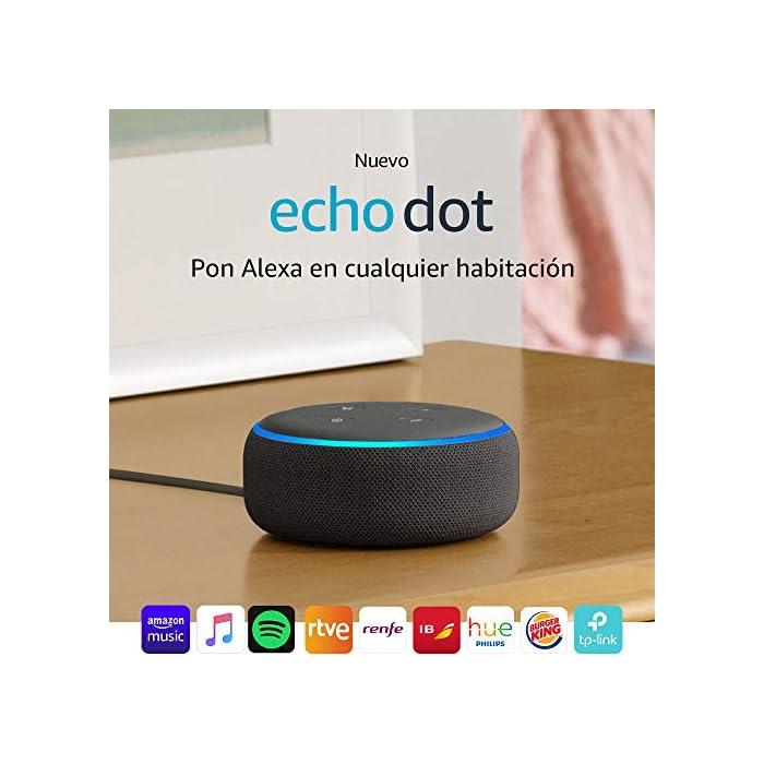 61oXLm%2BmGBL El Echo Dot es un altavoz inteligente que se controla con la voz. Se conecta a Alexa para reproducir música, responder a preguntas, narrar las noticias, consultar la previsión del tiempo, configurar alarmas, controlar dispositivos de Hogar digital compatibles y mucho más. El altavoz integrado ofrece un sonido nítido e intenso, y te permite disfrutar de canciones en streaming a través de Amazon Music, Spotify Premium, TuneIn y otros servicios. Llama a cualquiera que tenga un dispositivo Echo o la app Alexa sin mover un dedo. También tienes la posibilidad de usar Drop In para conectar con otras habitaciones de tu hogar en las que tengas un dispositivo Echo compatible.