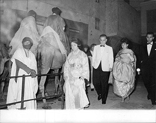 photo-vintage-di-barbara-woolworth-hutton-walking-in-passato-e-un-cammello-fotocamera