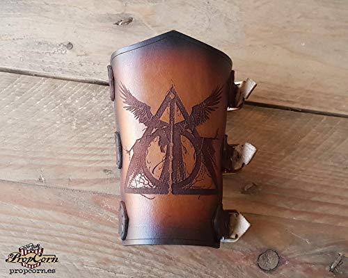 Harry Potter Heiligtümer des Todes Vambrace. Werde der Meister des Todes. Aus hochwertigem Leder und mit kinematografischen Look.