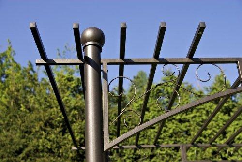 CLP XXL-Pergola mit 2 integrierten Bänken aus beschichtetem Eisen I Robustes bepflanzbares Terrassendach I Rankpavillon für Kletterpflanzen I Rankgestell mit kunstvollen Verzierungen Anthrazit - 3