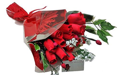 24großen rot Rosen Bouquet mit Blättern aus Holz verpackt in Cello Sleeve